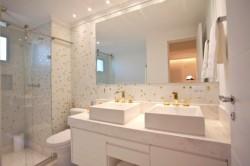 banheiro com pastilhas 6